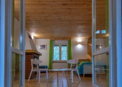 oddechowo domki salon z kominkiem
